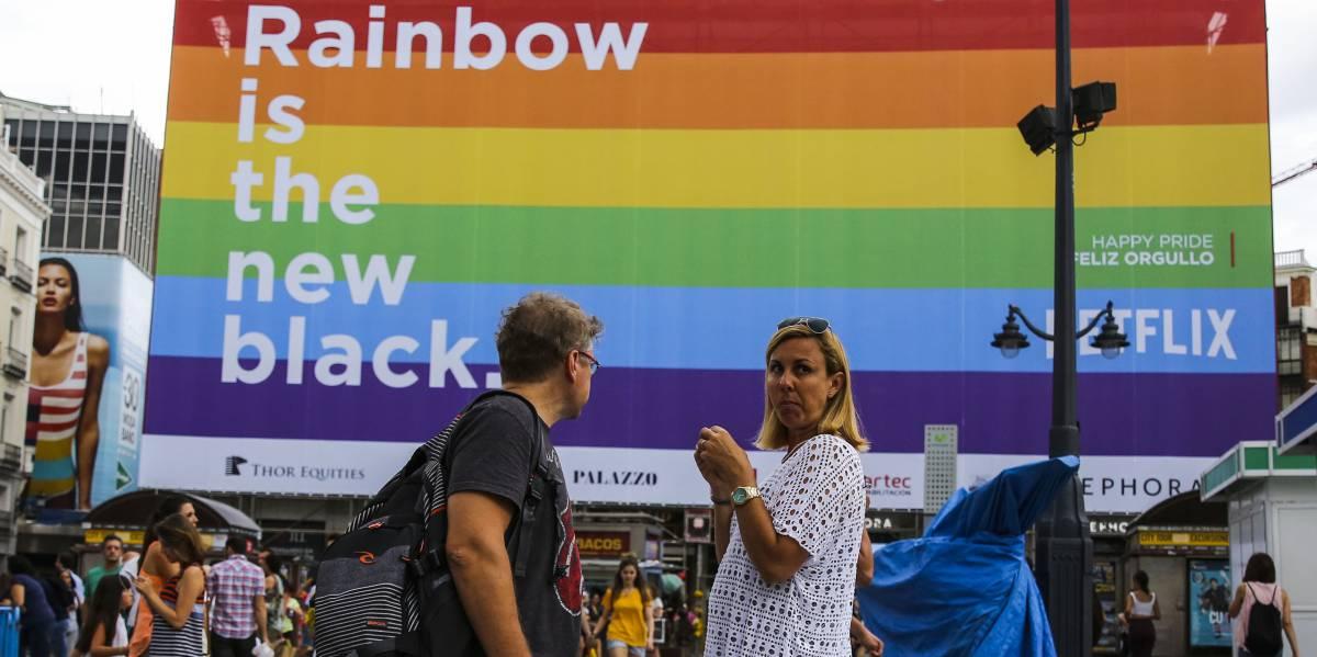 Bandera arcoíris en la Puerta del Sol.