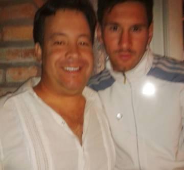 Lionel Messi con Gustavo Aquino, uno de sus vecinos.
