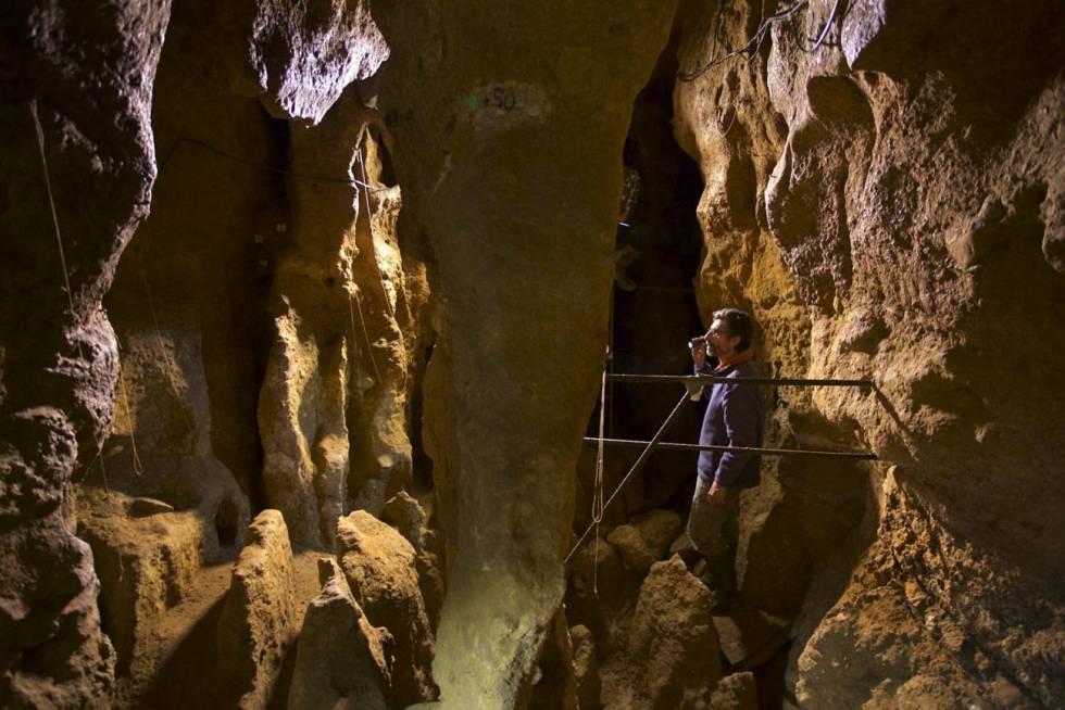 El paleoantropólogo Antonio Rosas, en la cueva de El Sidrón (Asturias).