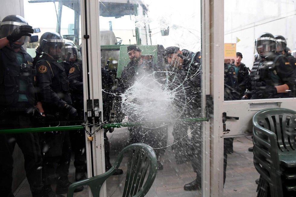 La Guardia Civil rompe una puerta en el centro de votación de Sarria de Ter (Girona).
