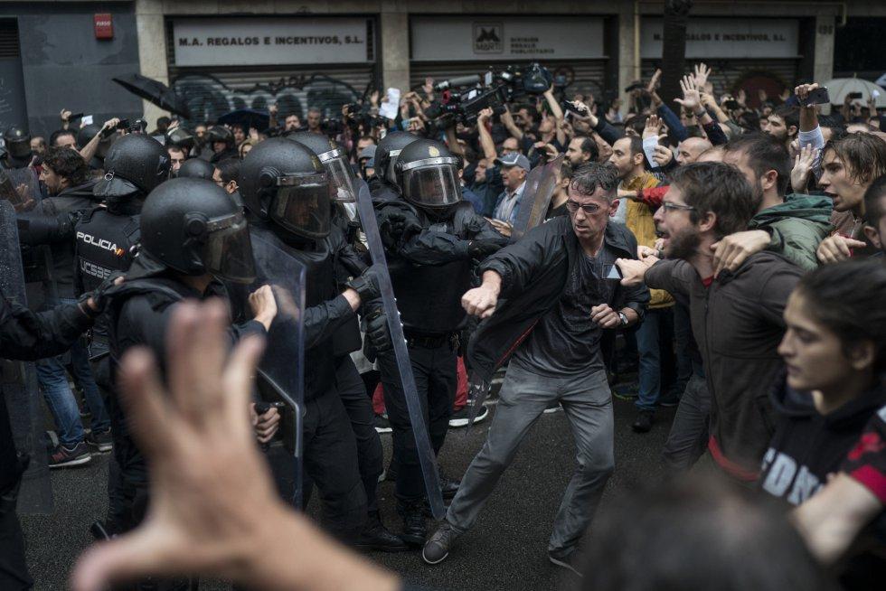 Antidisturbios han retirado con fuerza a votantes de varios colegios en Barcelona.