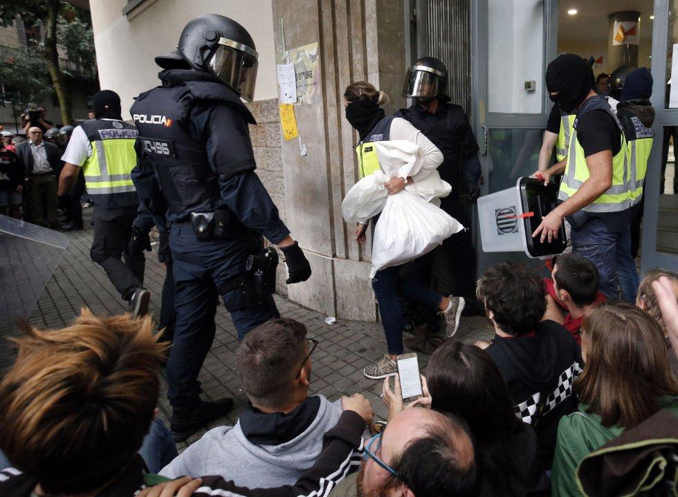 La policía se lleva las urnas de una mesa de votación en Barcelona.