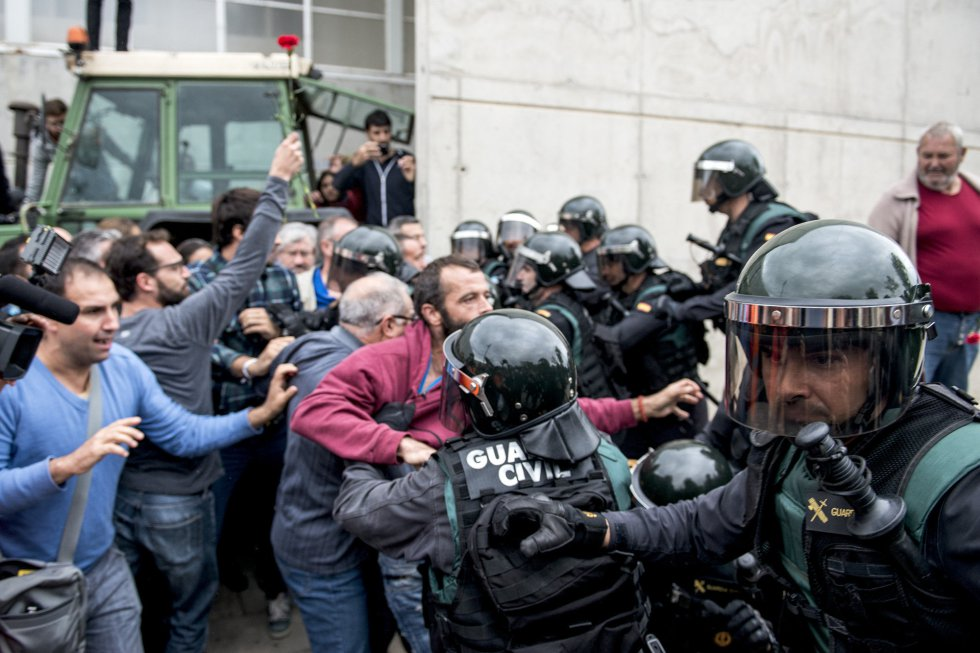 La Guardia Civil irrumpe en el pabellón polideportivo municipal de Sant Julia de Ramis.