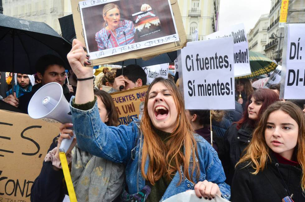 Students protesting against Cifuentes and her degree in Sol Square in Madrid.