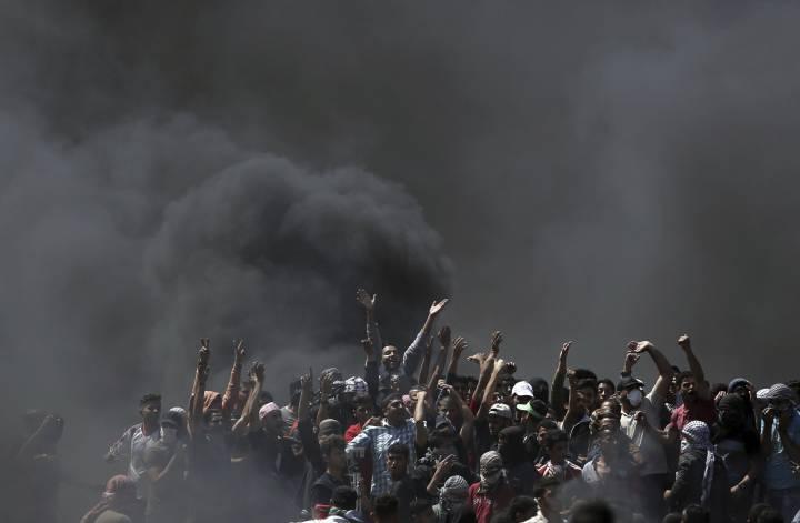 Un grupo de palestinos durante la protesta en la frontera entre Gaza e Israel, el 14 de mayo de 2018.