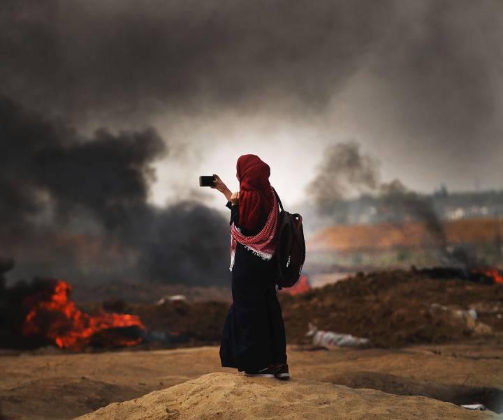 Una chica palestina graba con su móvil los acontecimientos en la franja de Gaza, el 14 de mayo de 2018.