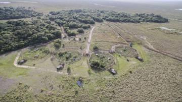 Vista aérea de los corrales del centro de reinserción de Rewilding Argentina, en los Esteros del Ibera.