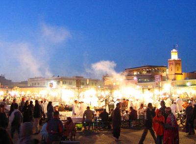 La Plaza Yamaa el Fna, aunténtico corazón de Marrakech, al anochecer
