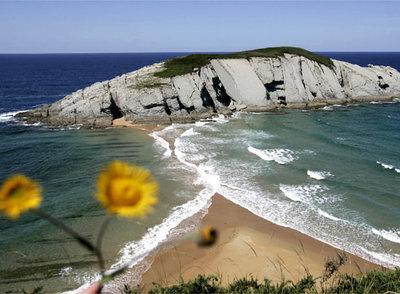 Vista de la playa nudista de Covachos, en Cantabria