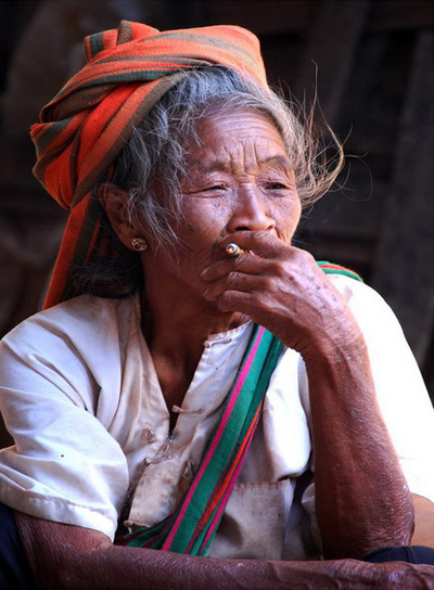 Una mujer Shan fumando, Myanmar