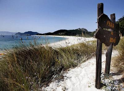 Entrada a la playa de Rodas, en las islas Cíes, considerada una de las mejores del mundo.