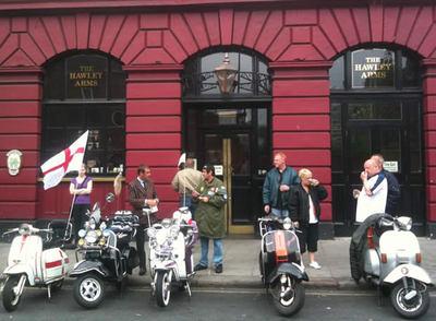 Un grupo de 'mods' ante el pub Hawley Arms, posiblemente, las mejores pintas de Londres