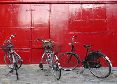 Tres bicicletas apoyadas en una fachada del distrino número 19 de París