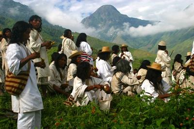 Una grupo de indígenas Kogui se reunen en un momento de rezo y ritual en las montañas de Santa Marta (Colombia).