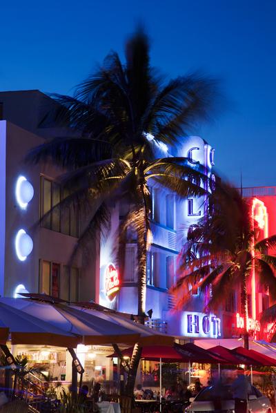 Luminosos en los edificios  art déco  de Ocean Drive, Miami.
