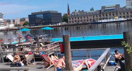 piscinas flotantes en berl n el viajero el pa s. Black Bedroom Furniture Sets. Home Design Ideas