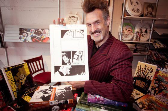 El propio dueño de la tienda Isotope, James Sime, ha inspirado a un villano de los tebeos con el mismo nombre del local.