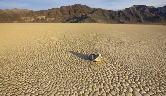El fenómeno 'racestock', piedras que 'corren' por el desértico Death Valley, en California.
