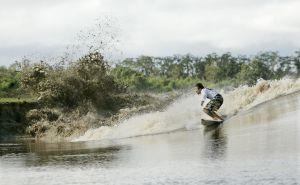 Un surfista en el Amazonas brasileño.
