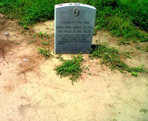 Lápida de la tumba de Charley Patton, en Holly Ridge (Misisipí).