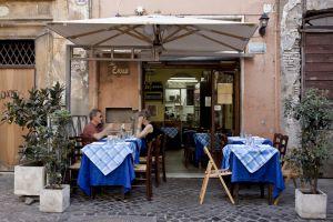 Terraza del restaurante Da Enzo, en el barrio romano del Trastevere.