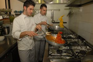 Dos cocineros en los fogones del restaurante Da Felice.