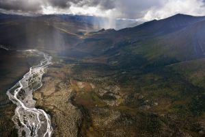 El río Hammond serpentea entre los montes Brooks, en el parque nacional Puertas del Ártico, en Alaska.