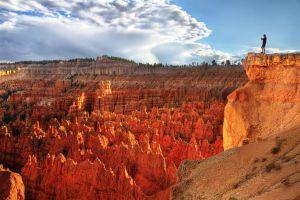Contemplando los característicos 'hoodoos' de Bryce Canyon, en Utah.