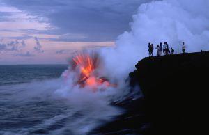 Un río de lava del volcán Kilauea, el más activo de Hawai, explota al caer a las aguas del Pacífico.