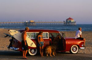 Surfistas en un Ford wagon de 1958, en Huntington Beach (California).