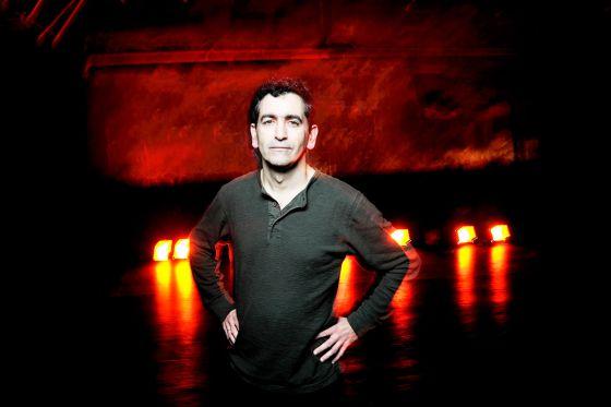Juan Mayorga en el escenario de la Sala Cuarta Pared, el teatro madrileño donde estrenó su primera obra.