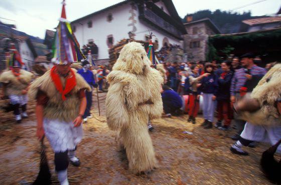 El oso (hartza) y los joaldunak recorrerán el 28 y el 29 de enero las localidades de Zubieta e Ituren.