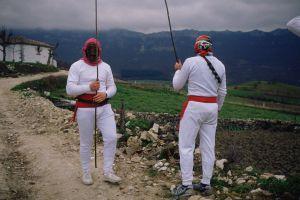 Los mamuxarros de Unanua se cubren con una máscara.