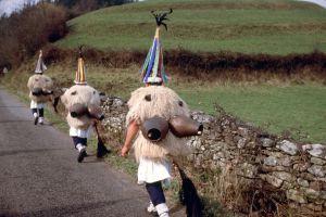 Los joaldunak en su marcha entre los pueblos de Ituren y Zubieta.