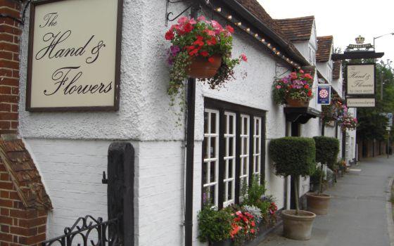 Exterior del 'pub' y posada The Hand & Flowers, en Marlow (Inglaterra).