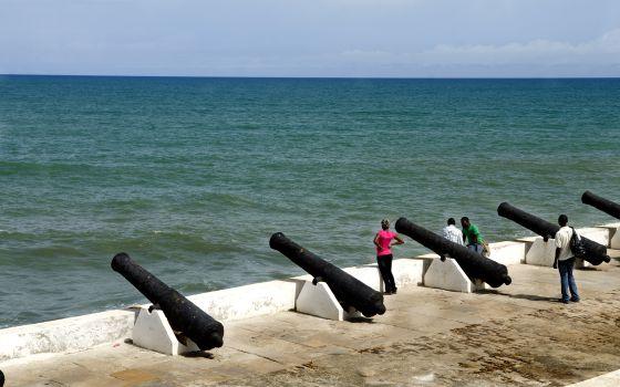 Cañones en el fuerte de Cape Coast, en la costa de Ghana.