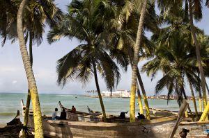 Playas de Elmina, en la costa de Ghana; al fondo, el fuerte, donde se encerraban a los esclavos hasta que eran embarcados.