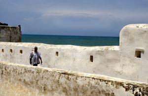 Un visitante recorre los muros del fuerte de Elmina, en Ghana.