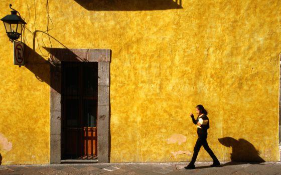 Una mujer pasea por la localidad mexicana de Querétaro.