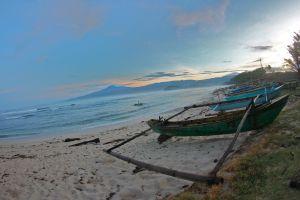 Barcas de pescadores en una playa de la isla de Sumatra (Indonesia).
