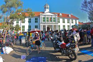 Plaza del antiguo ayuntamiento de Batavia, nombre que recibió la ciudad de Yakarta, en Indonesia, bajo dominio holandés.