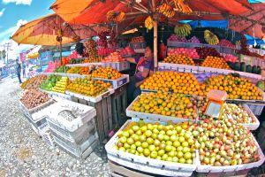 Puesto de venta de fruta en Sumatra (Indonesia).