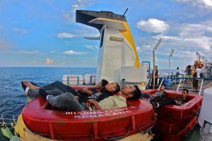 Pasajeros durmiendo en el 'ferry' de Semarang, en la isla de Java, a Pontianak, en Borneo.