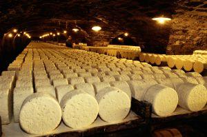 Cuevas donde se elbaora el tradicional queso de Roquefort, en la región de Aveyron, al sur de Francia.