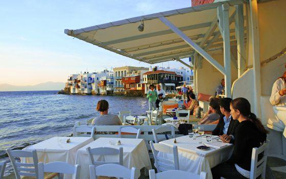 Restaurantes en la isla griega de Mikonos, al atardecer.