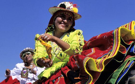 Bailes tradicionales durante el Festival de Urkupina, en Cochabamba (Bolivia).