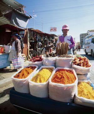 Un puesto de especias en el mercado de Calatayud, en Cochabamba.