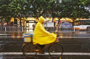 Un ciclista bajo la lluvia en la ciudad china de Huangzhou.