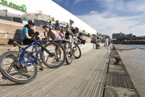 Un grupo de ciclistas descansando en el paseo marítimo de Tel Aviv (Israel).