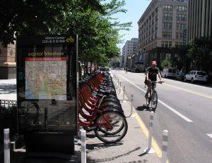 Un ciclista pasa antes una de las estaciones de Capital Bikeshare, sistema público de bicis compartidas de Washington (Estados Unidos).
